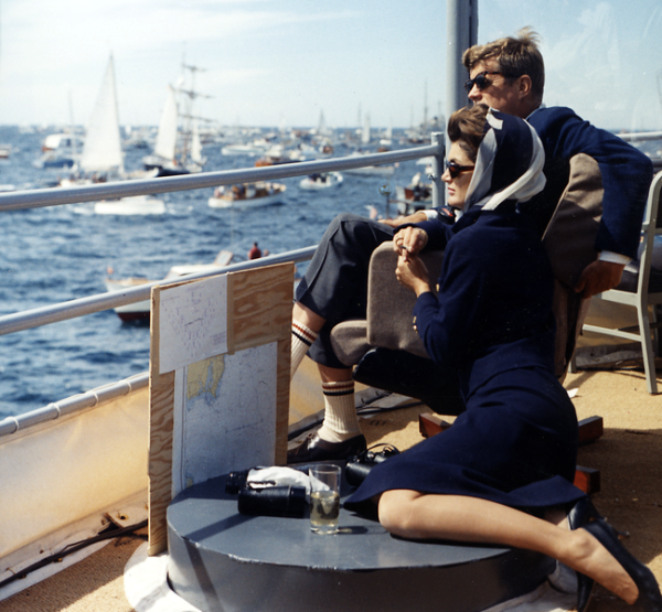 649px-president_kennedy_and_wife_watching_americas_cup_1962