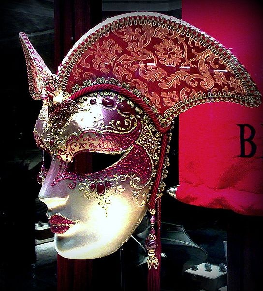 544px-Red_White_Gold_Jewelled_Mask_Female